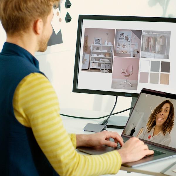 Person har ett samtal över dator med en kund.