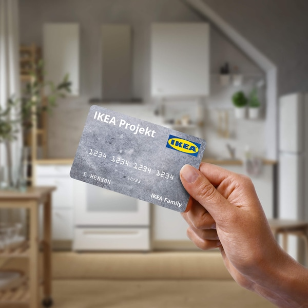 Person holding an IKEA Projekt credit card.