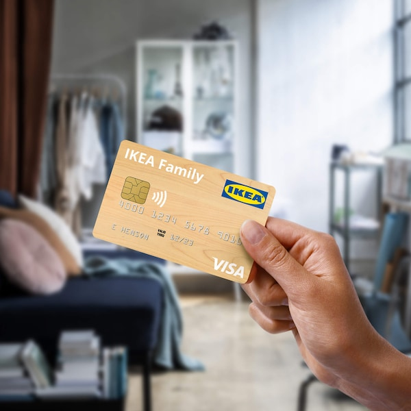 Person holding an IKEA VISA credit card