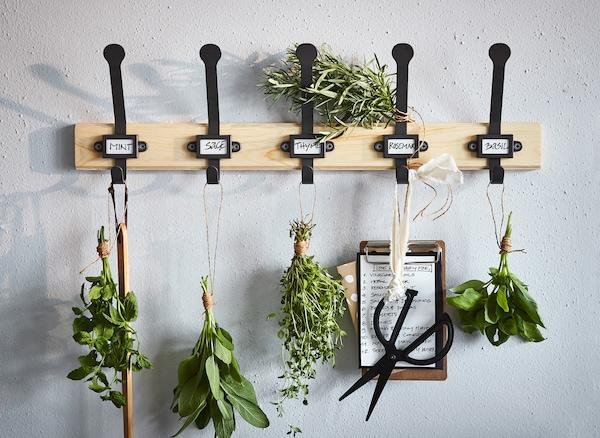 Personaliziraj i organiziraj svoj dom s pomoću IKEA KARTOTEK držača od bora, koji dolazi s pet kuka za vješanje začinskog bilja, odjeće i drugih stvari.
