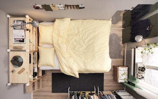 Petite chambre pour deux avec lit surélevé et nombreux rangements