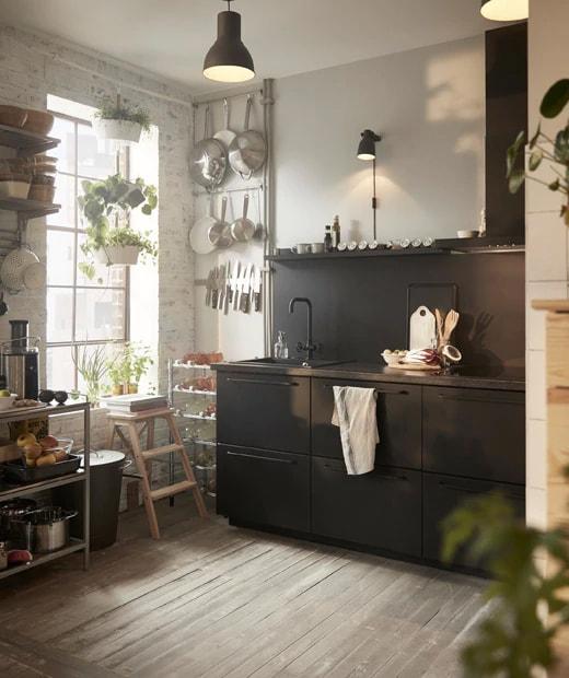 Petite cuisine équipée d'un rangement ouvert et mettant en vedette les cuisines modulaires SEKTION en noir et les tiroirs MAXIMERA.