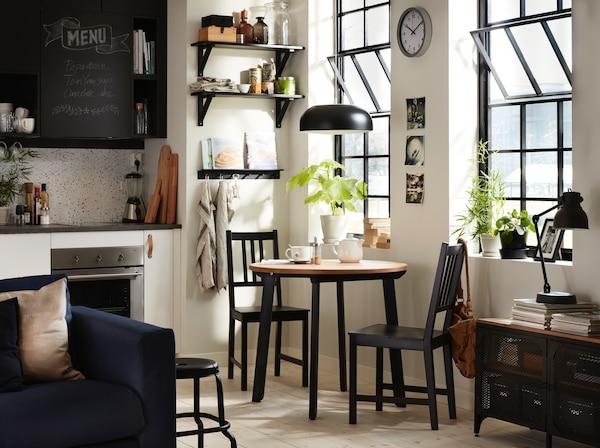 Petite table et chaises dans petite cuisine