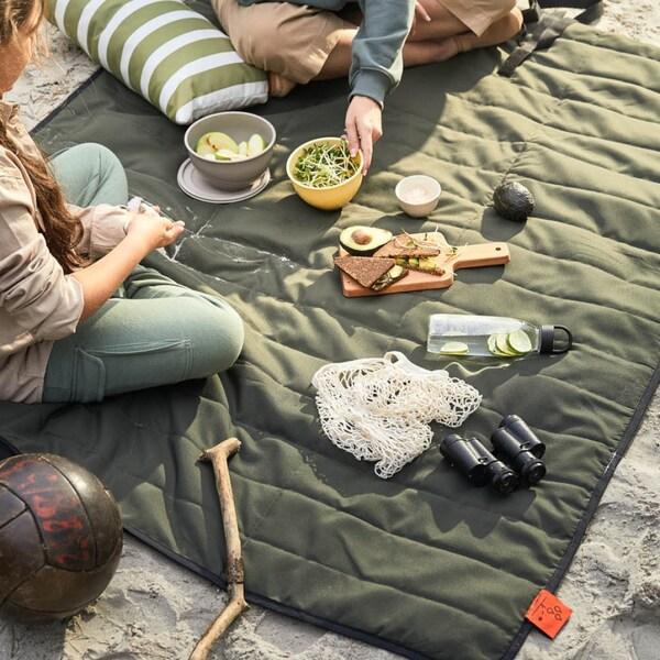 Picknick im Freien auf einer Picknickdecke