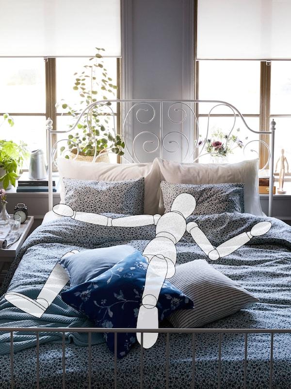 Piirros henkilöstä, joka nukkuu LEIRVIK-sängyssä VATTENMYNTA-vuodevaatteilla. Sängyn takana on kaksi suurta ikkunaa.