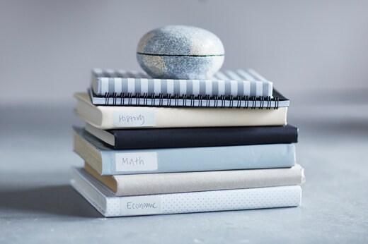 Piles de livres recouverts de papier-cadeau.