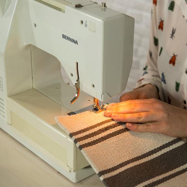 Piquez à la machine le bas et les côtés à 1 cm du bord. Dans le bas du coussin, laissez une ouverture d'environ 30 cm.