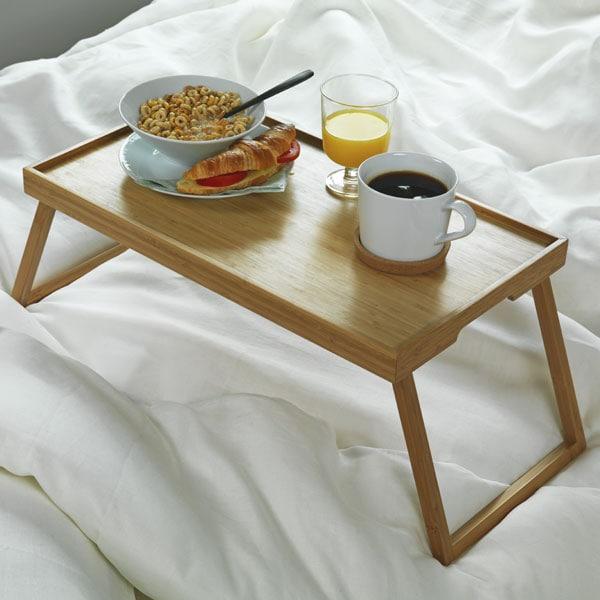 Plateau de lit en bambou avec un petit-déjeuner