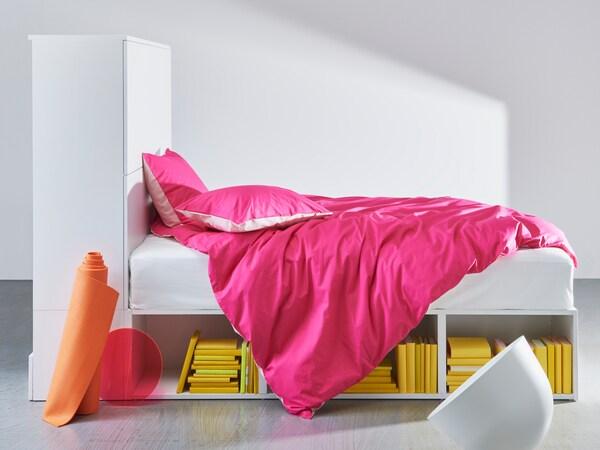PLATSA Bettgestell mit offenen Regalen unter dem Bett und geschlossener Aufbewahrung mit Türen an einem Ende