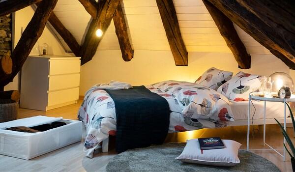 Platz sparen mit IKEA Aufbewahrungsboxen unter dem Bett.