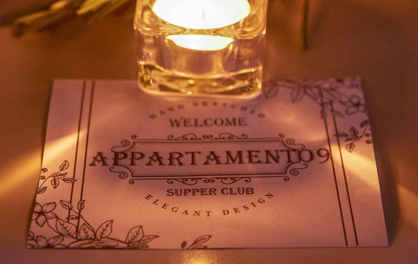Platzkarten heißen Elisabettas Dinnergäste willkommen.