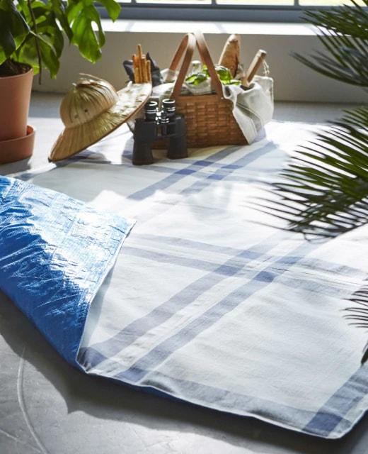 Плед для пикника из синих сумок ИКЕА и кухонных полотенец
