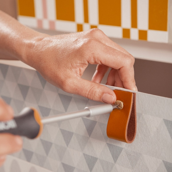 Pliez les bandes de cuir en deux et fixez-les avec un boulon et un écrou.