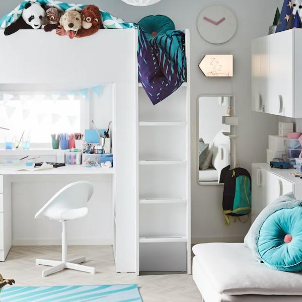 Pohled na dětský pokoj vybavený bílým nábytkem.