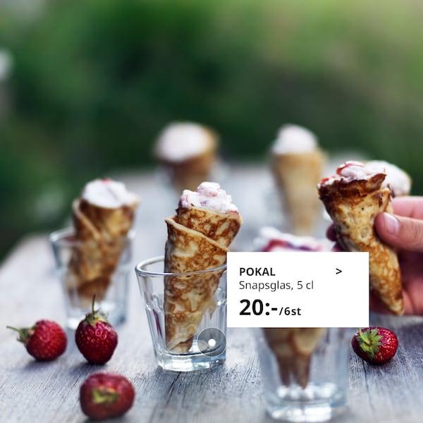 POKAL snapsglas används som hållare till små pannkaksrullar fyllda med grädde.