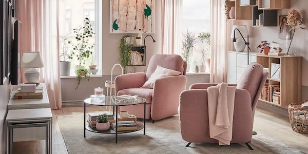 Pokój dzienny z dwoma fotelami rozkładanymi EKOLSUND w jasno brązowo-różowych pokryciach, stojącymi przed oknami, z których dochodzi światło.