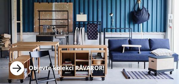 Pokoj zařízen kolekcí RAVAROR - židle, stůl, police a koberec.
