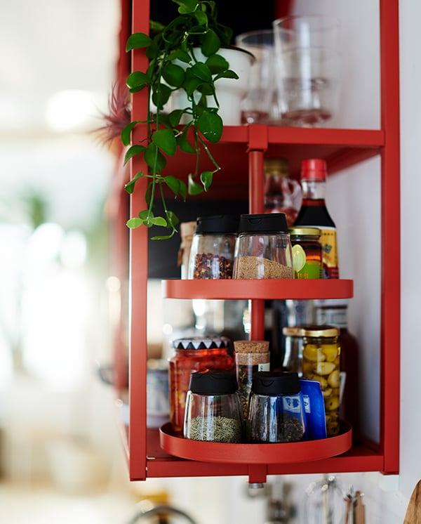 Półka obrotowa, czerwona, zamocowana do szafki ENHET, na przyprawy i inne akcesoria kuchenne.