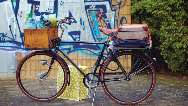 Polkupyörä, jonka kyydissä tavaraa, etukori ja matkalaukku