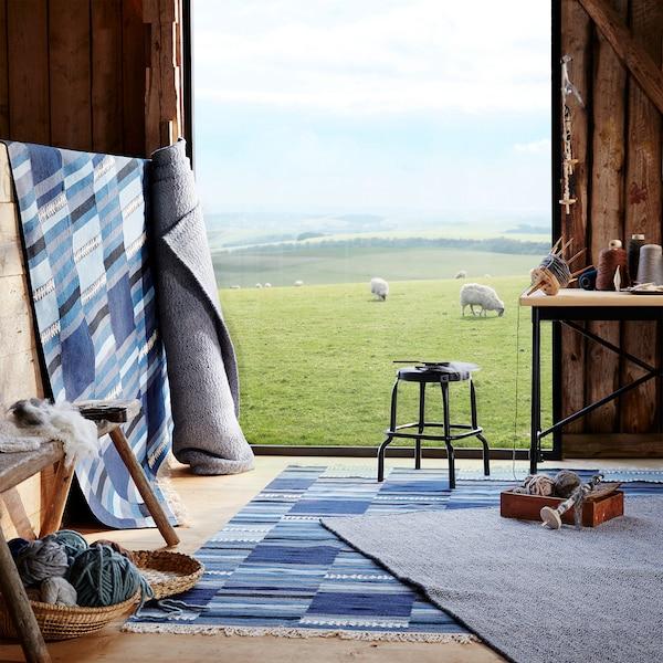 Polštář LOVRUP z vlny a 20 % bavlny, vlněný koberec TRANGET v modrých odstínech