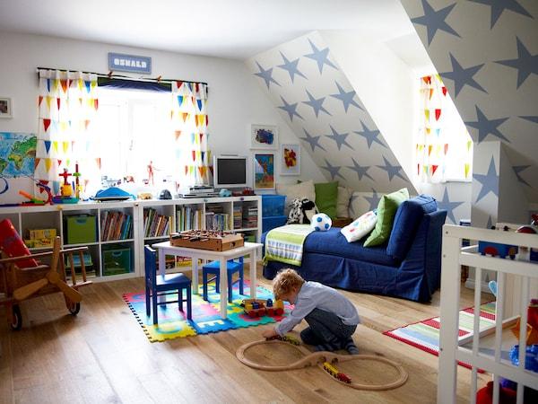 Pon muebles grandes para que puedan compartirlos adultos y niños.