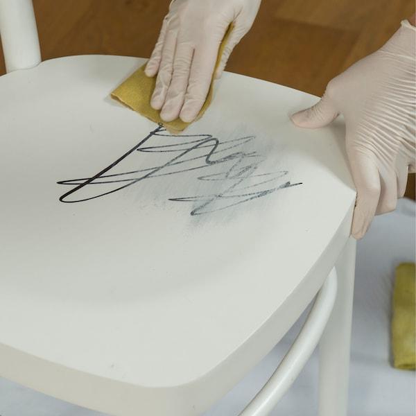 Poncez et nettoyez la chaise, et si nécessaire remplissez les rayures profondes avec un produit de remplissage approprié.