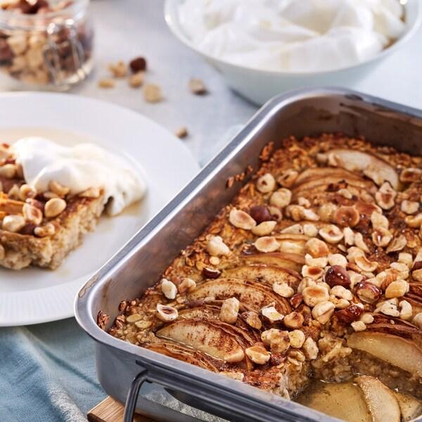 Porridge al forno con nocciole, mele, cardamomo e cannella.
