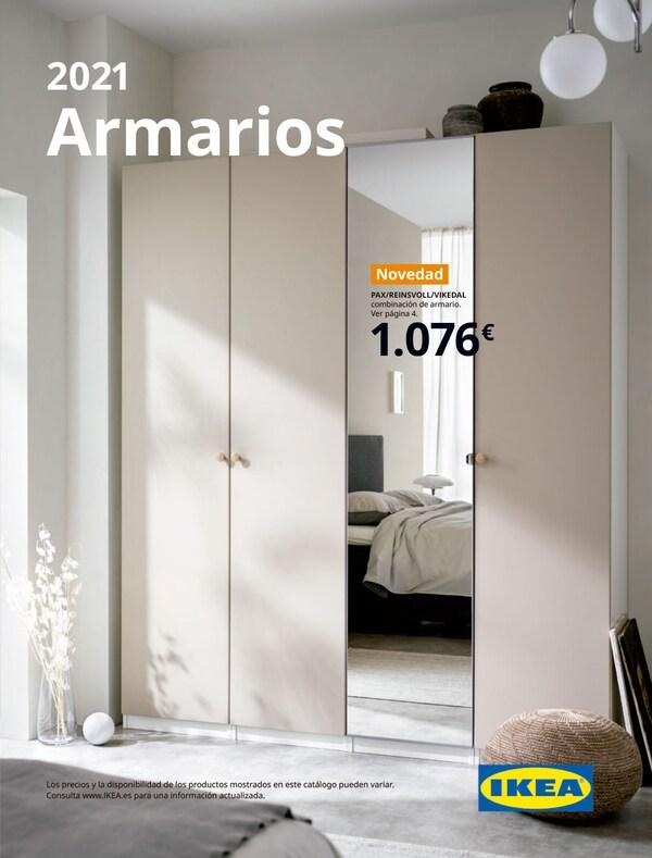 Portada de un folleto de armarios IKEA, donde se muestra ropa colgada, cajas, cajones, estanterías y cortinas en beige a modo de puerta.