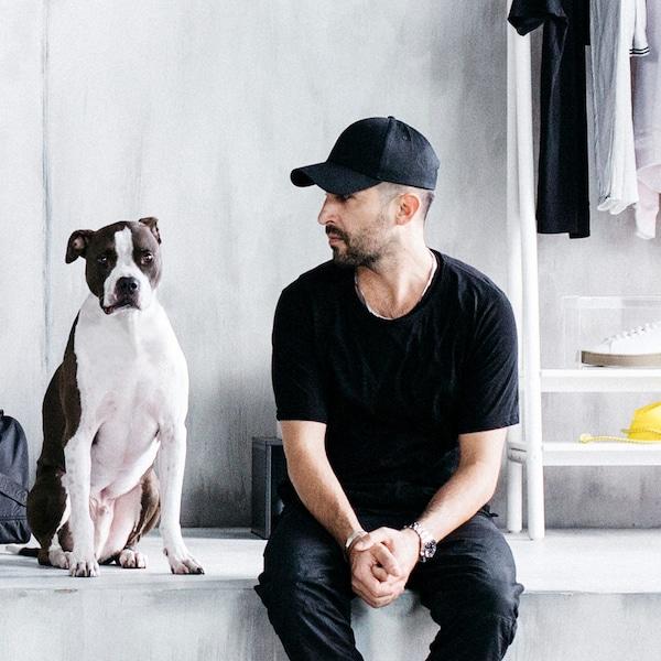 Portræt af en hund og designer Chris Stamp. Stamp står bag SPÄNST kollektionen, som er inspireret af storbylivet.