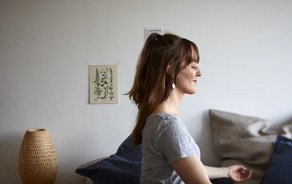 Portræt af Eva i en yogastilling.