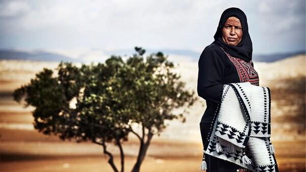 Portrét Amneh Al Gawanmeh, řemeslnice v nadaci Jordan River Foundation pro spolupráci na sbírce TILLTALANDE.