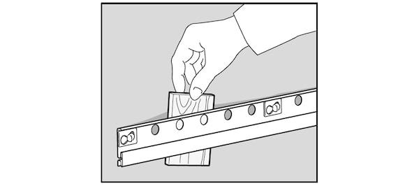 Poser des cales entre mur et rail de finition IKEA