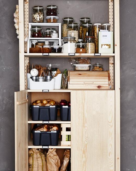 Pour obtenir une cuisine bien organisée, optez pour un garde-manger en bois.