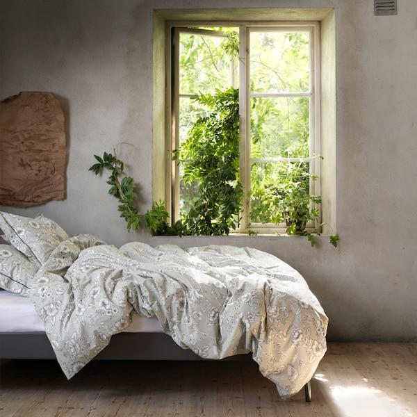 Povlečení PRAKTBRÄCKA s tradičním květinovým vzorem na posteli