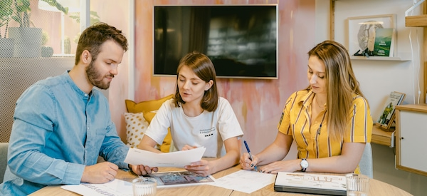 pracownicy centrum ikea dla firm z klientem