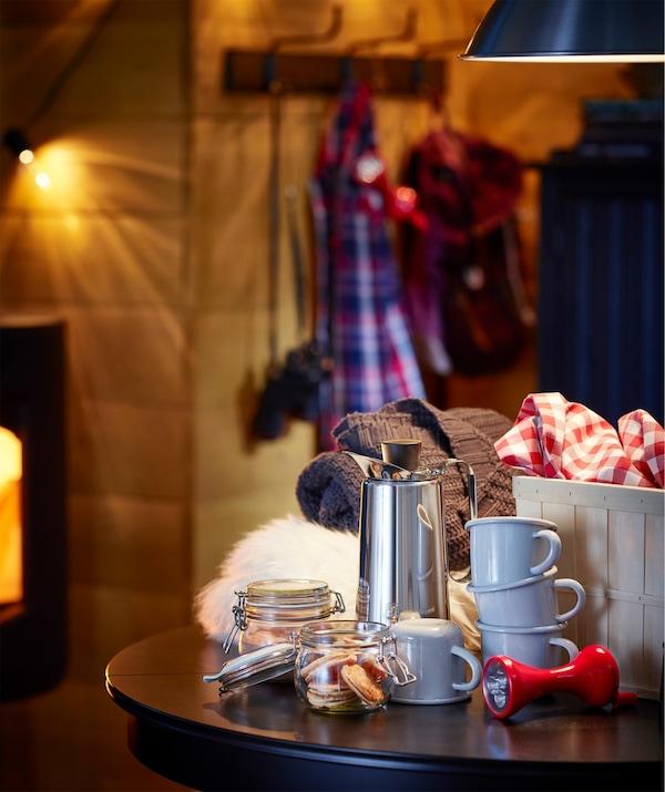 Prepárate para pasar tiempo en familia con bebidas calientes, mantas y una antorcha IKEA LJUSA para contar historias de miedo.
