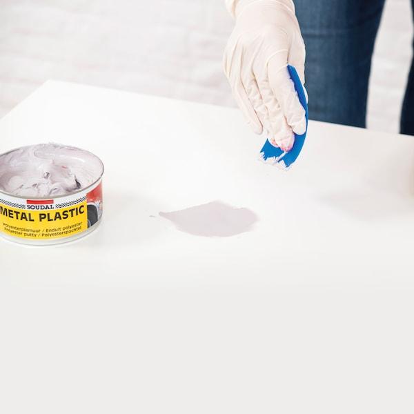 Préparez une charge en polyester (MetalPlastic de Soudal) en mélangeant les deux composants.