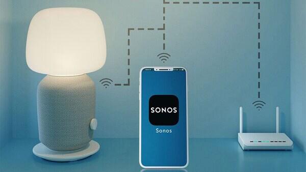 Présentation de la connexion sans fil entre l'appli Sonos et les enceintes lampe de table et étagère Wi-Fi SYMFONISK.