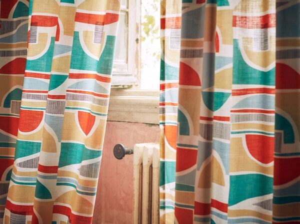 Primeiro plano das cortinas MARTORN cun estampado multicolor que semella sacado dos anos 60.