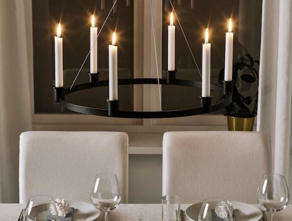 Primer plano de candelabro con velas LED.