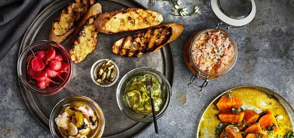 Probier doch mal dieses köstliche IKEA Rezept: Lachsrillette und eingelegtes Gemüse.