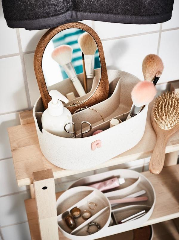 Productos de baño colocados en un organizador