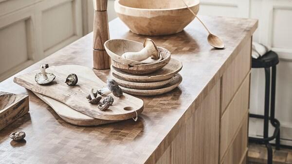 Produkcja blatu SKOGSÅ z cienką warstwą drewna wymaga mniejszych ilości surowca.