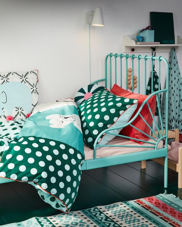 Produživ krevetni okvir u tirkiznoj boji i KÄPPHÄST posteljina s pačvorkom/šarom u obliku igračke, u nijansama tirkizne, plave i bele.