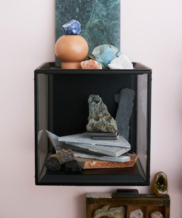 Prosty, industrialny wygląd gablotki IKEA SAMMANHANG idealnie równoważy organiczne kształty kamieni i kryształów.