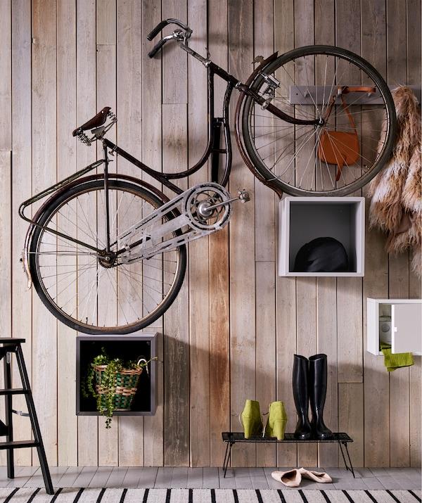 Prosty rower z kołami ustawionymi na szafkach EKET zamontowanych na różnej wysokości, dzięki czemu rower jest nachylony pod kątem.