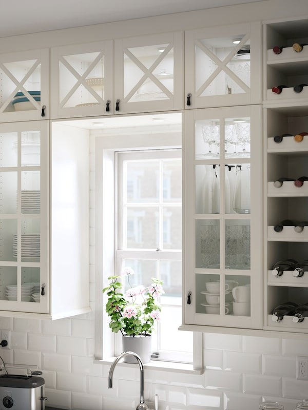 przeszkolen szafki wiszące z frontmi BODBYN w kolorze białym.