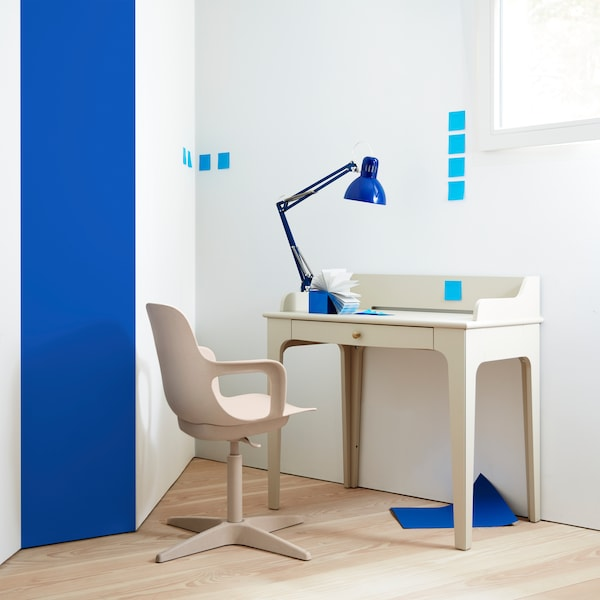 Psací stůl LOMMARP v tradičním designu s praktickou zásuvkou  a  úchytkou