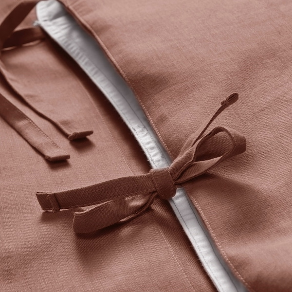 PUDERVIVA dark pink pillowcase with close up of decorative ties