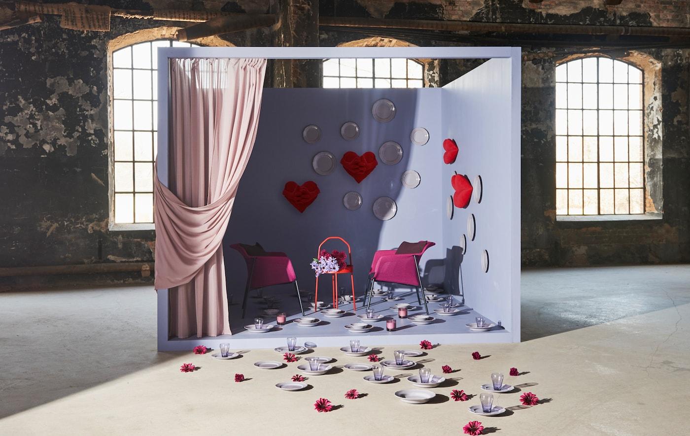 Puisant dans le spectre qui va du rose pâle au rouge vif, nous avons mélangé teintes et matériaux pour créer une décoration de séjour inspirante.
